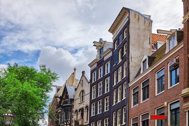 Belas vistas das ruas, edifícios antigos, pessoas aterros de amsterdã