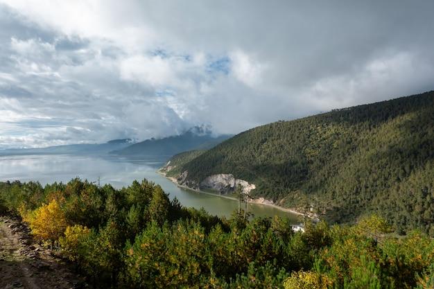 Belas vistas do rio, das montanhas e do céu