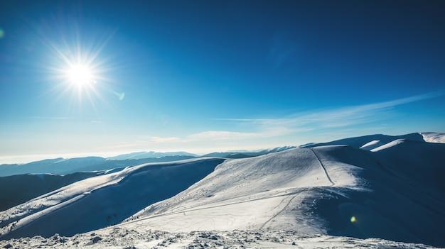 Belas vistas fascinantes da pista de esqui