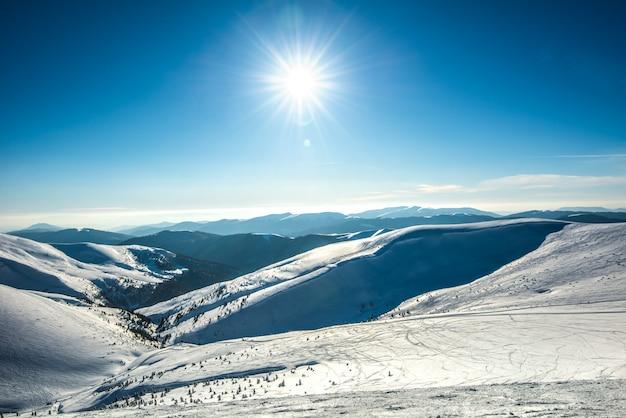Belas vistas hipnotizantes da pista de esqui em um dia ensolarado.