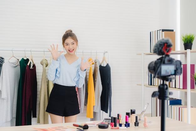Beleza blogueiro apresentar cosméticos beleza sentado na frente da câmera para gravação de vídeo