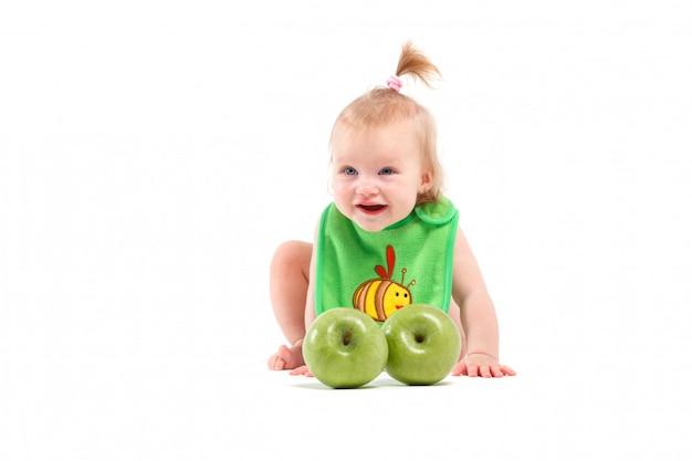Beleza bonito menina no bib com maçãs