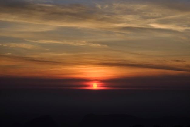 Beleza cênica da natureza. durante o nascer do sol da manhã horas gold mountain view e as belas de um alto ângulo.