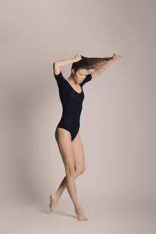 Beleza de corpo de mulher, garota em cueca de algodão, jovem modelo magro