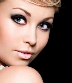 Beleza do rosto da moça bonita com maquiagem fashion