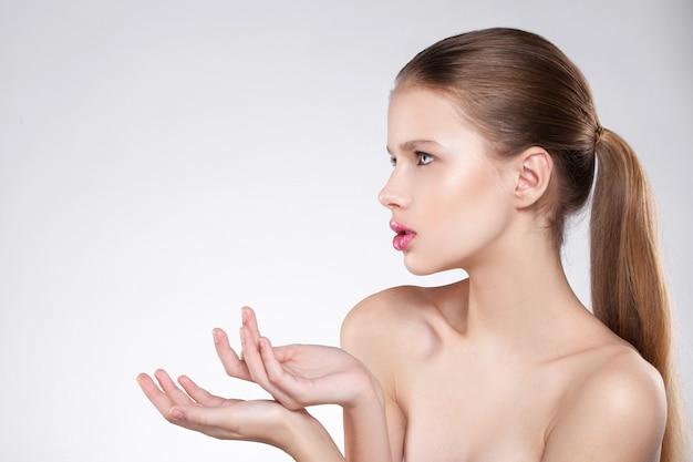Beleza do rosto de uma mulher. maquiagem natural, lábios rosados, pele limpa. fundo branco isolado.