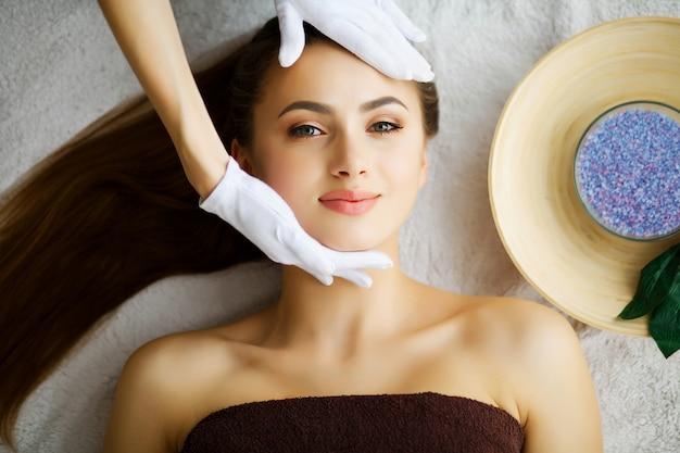 Beleza e cuidados, jovem mulher deitada em mesas de massagem no spa salo
