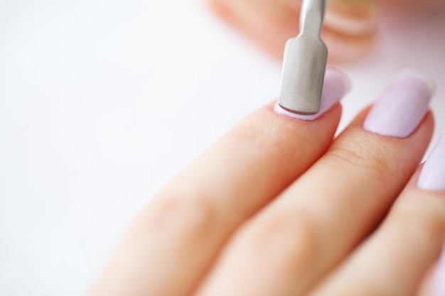 Beleza e cuidados. mãos de mulheres bonitas com manicure perfeita