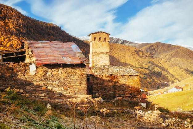 Beleza fantástica da cidade entre as montanhas na geórgia europa