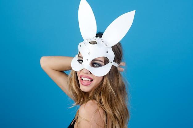 Beleza glamour mulher em máscara de coelho mulher atraente em lingerie sexy