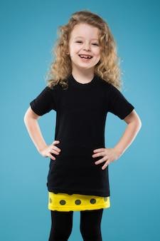 Beleza jovem garota vestida de preto