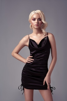 Beleza jovem loira sexy de vestido preto