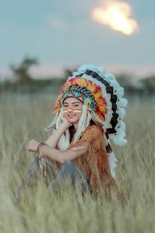 Beleza jovem menina asiática com maquiagem como mulher nativa americana