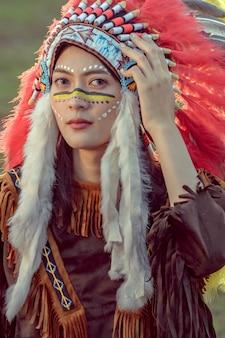 Beleza jovem menina asiática com maquiagem como pocahontas, mulher nativa americana