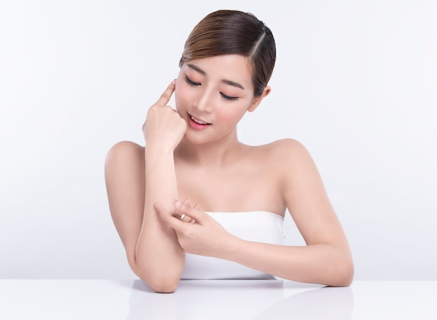 Beleza jovem mulher asiática com pele facial perfeita. gestos para spa tratamento de publicidade e cosmetologia.