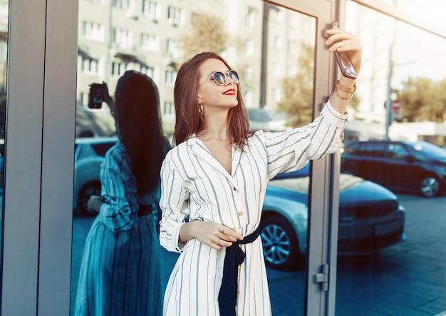 Beleza jovem mulher fazer selfie para auto smartphone