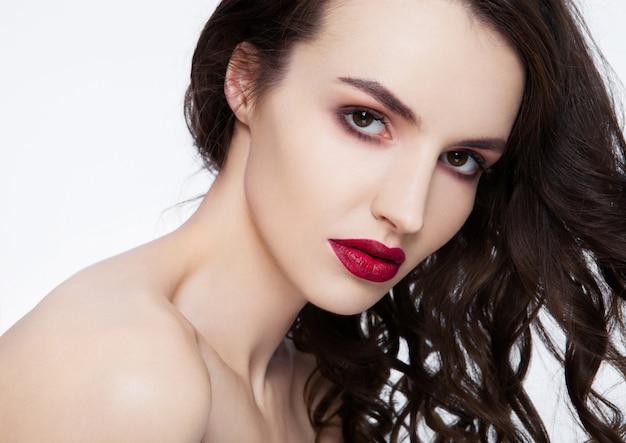 Beleza lábios vermelhos maquiagem moda modelo cabelo encaracolado em fundo branco