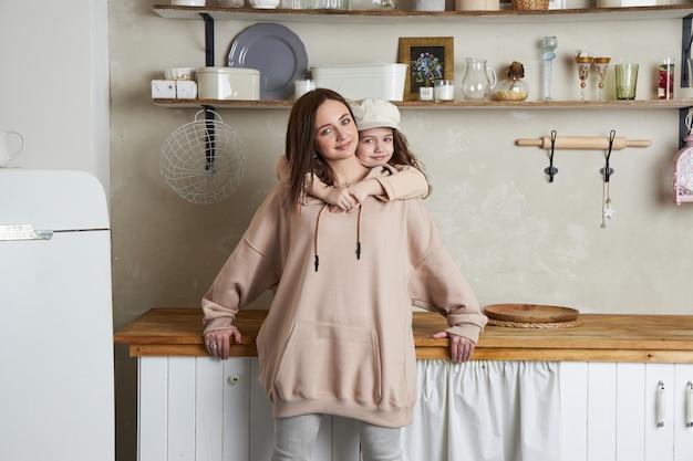Beleza moda mãe e filha. sessão de fotos de família, alegria e emoções divertidas.