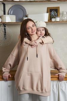 Beleza moda mãe e filha. sessão de fotos de família, alegria e emoções divertidas