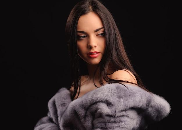 Beleza moda modelo menina com casaco de pele de vison azul. mulher bonita e luxuosa de inverno