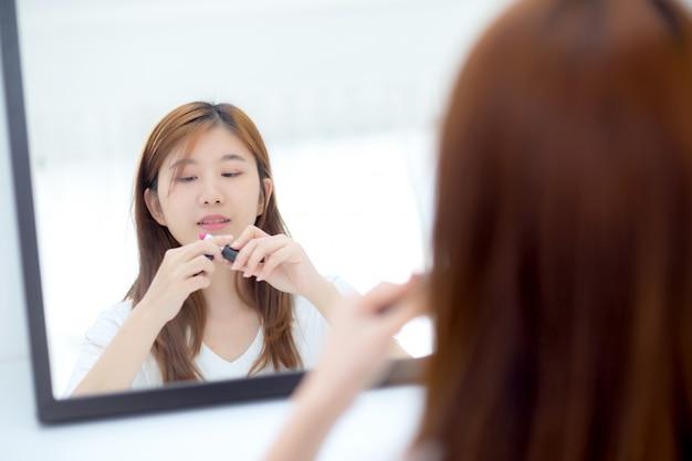 Beleza, mulher asian, em, a, espelho, segurando, e, olhar, um, maquiagem, batom