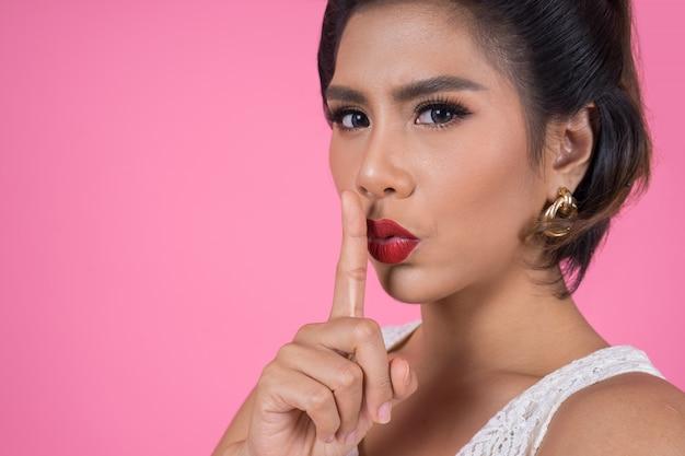 Beleza, mulher asian, vermelho, lábios, e, dedo, mostrando, silêncio silêncio, sinal