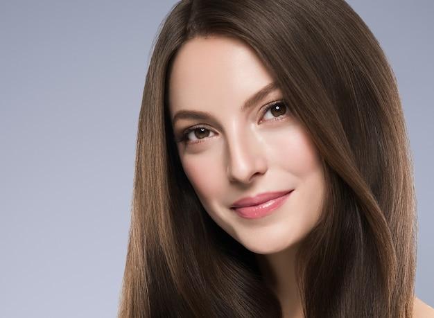 Beleza mulher pele saudável conceito maquiagem natural bela modelo menina rosto. tiro do estúdio.