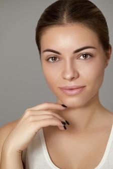 Beleza mulher pele saudável maquiagem natural. conceito cosmético de jovem modelo bonito.
