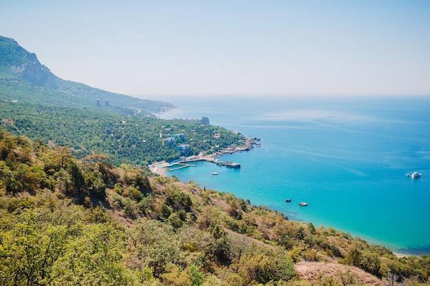 Beleza natural com baía azul, mar e manhoso azul