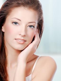 Beleza natural da saúde do rosto de uma mulher