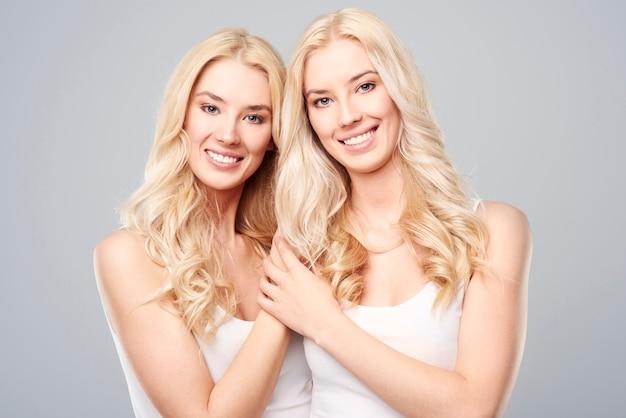 Beleza natural de gêmeas loiras