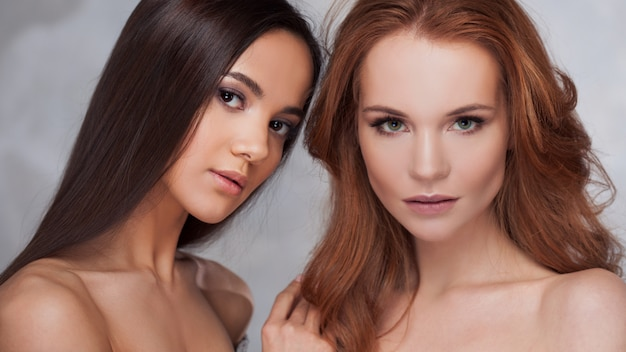 Beleza natural. duas meninas diferentes, retrato de beleza.