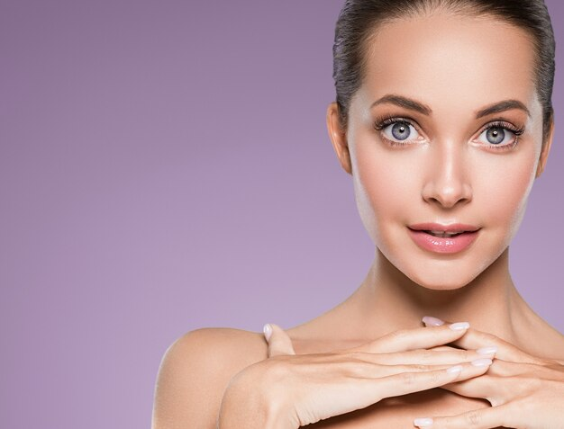 Beleza, pele, mulher, rosto, pele, cosmético, maquiagem natural, feliz, modelo, emocional, rosto, manicure, unhas, mão