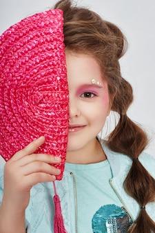 Beleza retrato menina natural pele limpa, cosméticos e maquiagem para crianças