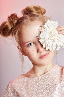 Beleza retrato menina natural pele limpa, cosméticos