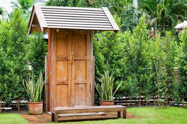 Beleza retro porta de madeira no horário do dia do jardim
