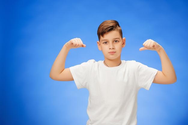 Beleza sorridente esporte criança menino mostrando seu bíceps