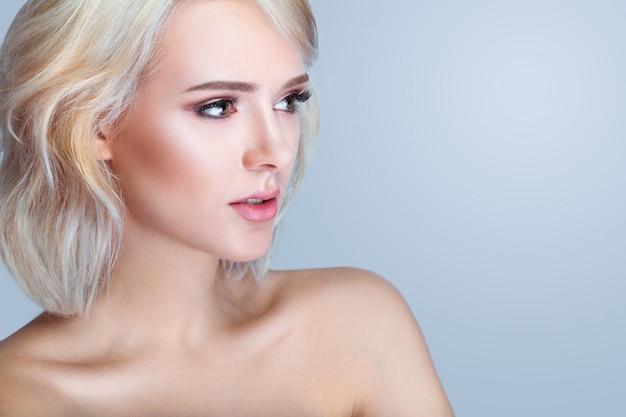 Beleza sorrindo modelo com maquiagem natural e cílios longos