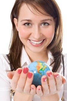 Beleza yung segurando o globo na palma da mão sobre o branco