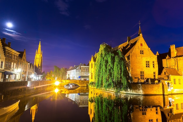 Bélgica, bruges, antiga cidade europeia com canais fluviais, paisagem urbana à noite, vista panorâmica. turismo e viagens, famoso marco da europa, lugares populares