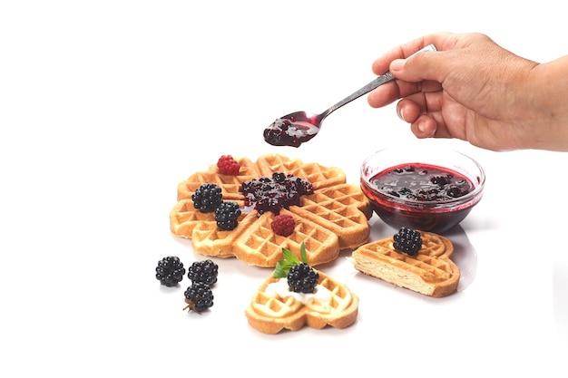 Bélgica waffles com frutas frescas isoladas