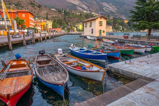 Beliche com barcos na cidade riva del garda. itália. cais em riva del garda.