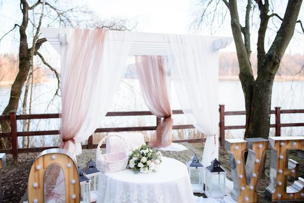 Belo altar de casamento feito de cortinas brancas e cor-de-rosa