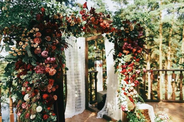 Belo altar de casamento feito de guirlanda de lanças e greene