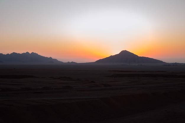 Belo amanhecer no deserto