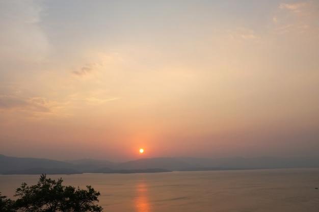 Belo ambiente de belo pôr do sol no parque nacional khuean srinagarindra em kanchanaburi