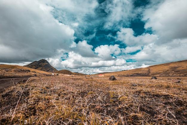 Belo ambiente natural na trilha de 54 km de landmannalaugar, islândia
