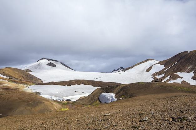 Belo ambiente natural na trilha de caminhada de landmannalaugar, na islândia