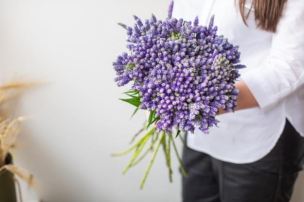 Belo arbusto veronica em fundos de papel multicolorido com espaço de cópia. primavera, verão, flores, conceito de cor. entrega de flores