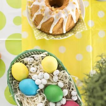 Belo arranjo de ovos e bolo
